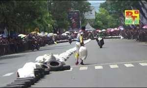 Marah karena disenggol, pembalap lempar karung pembatas (Youtube)