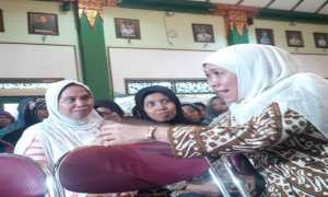 Menteri Sosial Khofifah Indar Parawansa saat berbincang dengan keluarga penerima bantuan Program Keluarga Harapan di Balai Kota Jogja, Rabu (15/11/2017). (Ujang Hasanudin/JIBI/Harian Jogja)