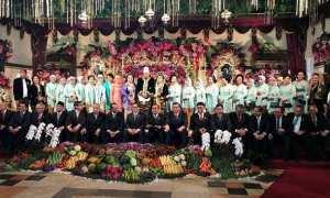 Menteri-menteri Jokowi mendeprok saat foto bersama di pernikahan Kahiyang-Bobby (Facebook Luhut Binsar Pandjaitan)