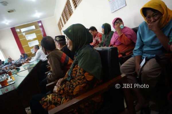 Sejumlah warga yang menamakan diri Pekerja Sosial Masyarakat (PSM) beraudiensi di DPRD Bantul Senin (6/11/2017). (Herlambang Jati Kusumo/JIBI/Harian Jogja)