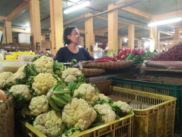 Pasokan sayuran di salah satu lapak pedagang sayur di Pasar Beringharjo tidak sebanyak hari biasanya, karena pedagang mulai kurangi pasokan untuk mengantisipasi sayuran cepat busuk, Jumat (3/11/2017). (Harian Jogja/Holy Kartika N.S)