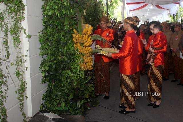 Presiden Jokowi didampingi keluarganya membuka tuwuhan seusai prosesi pemasangan bleketepe di gerbang kediamannya, Sumber, Banjarsari, Solo, Selasa (7/11/2017). (M. Ferri Setiawan/JIBI/Solopos)