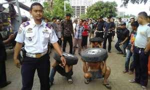 Pencuri ban dihukum panggul ban sambil jalan jongkok (Instagram)