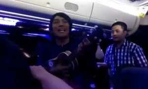 Pengamen kreatif bikin lirik sindir penumpang bus (Facebook)