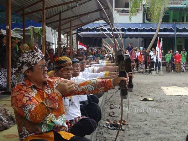Sejumlah warga belajar jemparingan di Dusun Pengasih, Desa Pengasih, Kecamatan Pengasih, Kulonprogo, Oktober 2017 lalu. (Rima Sekarani I.N/JIBI/Harian Jogja)