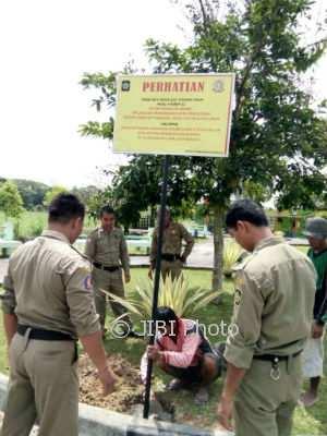 Satuan Polisi Pamong Praja (Satpol PP) Kabupaten Kulonprogo memasang papan larangan berbuat asusila di kawasan Taman Wana Winulang, Pengasih, Kamis (2/11/2017).(Istimewa/Dok.Satpol PP Kulonprogo)