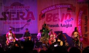 Penyanyi dangdut Ina Samantha menyanyikan lagu Jaran Goyang diiringi Orkes Melayu (OM) Sera pada konser dangdut di THR Sriwedari, Solo, Rabu (22/11/2017) malam. Konser tersebut menjadi penampilan terakhir OM Sera sebelum THR Sriwedari tutup. (Nicolous Irawan/JIBI/Solopos)