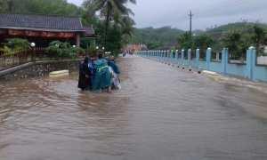 Evakuasi sepeda motor siswa SMK Pelayaran 1 Tanjungsari. Beberapa wilatah Kecamatan Tanjungsari, Gunungkidul terkena banjir, Selasa (28/11/2017). (IST/Dok Satlinmas Rescue Istimewa Wil II Gunungkidul)
