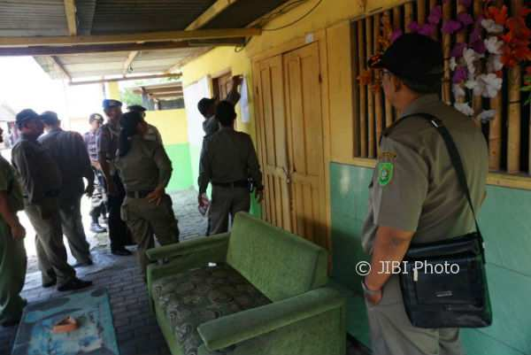 Sejumlah anggota Satpol PP bersama TNI dan Polri, melayangkan surat peringatan ketiga atau terakhir ke pengusaha karaoke di Parangtritis, Kretek, Senin (6/11/2017). (Herlambang Jati Kusumo/JIBI/Harian Jogja)