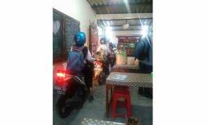 Sepeda motor masuk ke sebuah warung (Facebook)