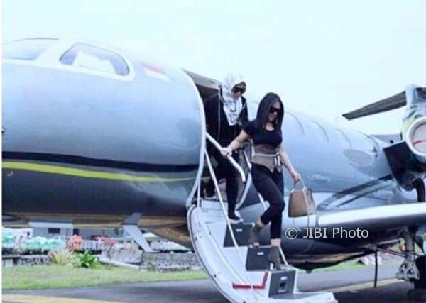 Syahrini dan Aisyahrani turun dari jet pribadi (Instagram @princessyahrini)