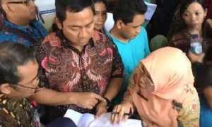 Wali Kota Semarang Hendrar Prihadi (tengah) mendatangi warganya yang euforia mendaftar program UHC di Dinas Kesehatan Kota Semarang, Kamis (2/11/2017). (JIBI/Solopos/Antara/Istimewa-Humas Setda Kota Semarang)
