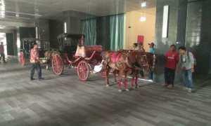 Kereta kuda yang akan digunakan calon mempelai putra Muhammad Bobby Afif Nasution telah disiapkan di Alila Hotel Solo, Selasa (7/11/2017). (Nicolaus Irawan/JIBI/Solopos)