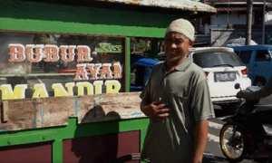 Agus Sutriyono penyaji kuliner bubur ayam di Jl. Jenderal Sudirman, Kecamatan Tingkir, Kota Salatiga, Jateng. (Instagram-@indozsone.id)
