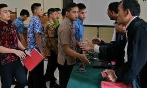 Sembilan taruna tingkat III Akpol penganiayaan hingga tewasBripdatar M. Adam menghampiri penasihat hukum mereka seusai sidang di PN Semarang, Jateng, Kamis (2/11/2017). (JIBI/Solopos/Antara/R. Rekotomo)