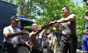 Kapolres Demak AKBP Sonny Irawan (kanan) membantu memperbaiki rumah milik seorang janda di Desa Mojodemak, Kecamatan Wonosalam, Kabupaten Demak, Jateng, Senin (6/11/2017). (Facebook.com-Sutomo)