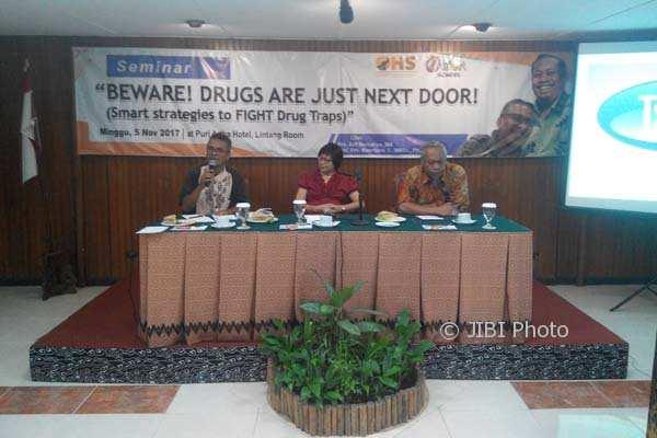 Kombes Pol Arif Nurcahyo (paling kiri) saat memberikan pemaparan di seminar Beware! Drugs Are Just Next Door! di Puri Artha Hotel, Minggu (5/11/2017). ( I Ketut Sawitra Mustika)