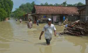 Warga menembus banjir yang melanda Desa Mayahan, di Tawangharjo, Grobogan, Jateng, Jumat (17/11/2017). (JIBI/Solopos/Antara/Yusuf Nugroho)