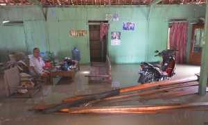 Warga bertahan dalam rumah yang terendam banjir di Desa Mayahan, Tawangharjo, Grobogan, Jateng, Jumat (17/11/2017). (JIBI/Solopos/Antara/Yusuf Nugroho)