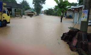 Banjir menggenangi Dusun Karangturi, Desa Bulurejo, Kecamatan Nguntoronadi, Wonogiri, Selasa (28/11/2017). (Istimewa/Rizki/warga)