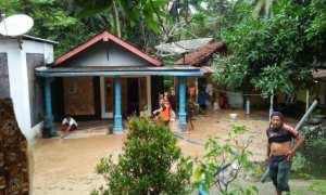 Warga di Desa Gegeran, Kecamatan Arjosari, Kabupaten Pacitan, membersihkan rumah dari lumpur dan pasir yang terbawa banjir, Rabu (29/11/2017). (Abdul Jalil/JIBI/Madiunpos.com)