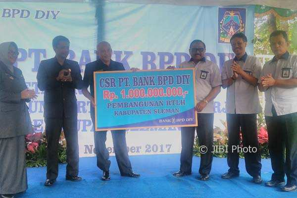 Bantuan CSR dari BPD DIY diserahkan secara simbolis oleh Direktur Utama BPD DIY, Bambang Setiawan kepada Bupati Sleman, Sri Purnomo didampingi Wakil Bupati, Sri Muslimatun selaku Ketua Tim Koordinasi Penanggulangan Kemiskinan (TKPK) Sleman, di Dusun Ngemplak, Caturharjo, Sleman. (Harian Jogja/ Sekar Langit Nariswari)