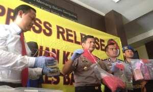 Pelaku Curanmor duduk diatas motor barang bukti, saat rilis oleh pihak Polsek Srandakan, Senin (20/11/2017). (Harian Jogja/Herlambang Jati Kusumo)