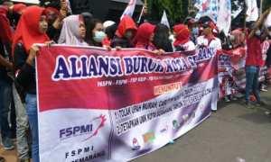 Aliansi Buruh Kota Semarang berunjuk rasa menuntut upah layak di depan pintu gerbang Kantor Gubernur Jateng, Kota Semarang, Rabu (15/11/2017). (JIBI/Solopos/Antara/Wisnu Adhi N.)