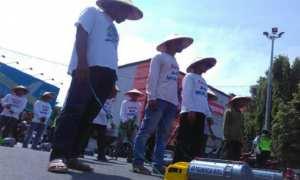 Demo warga yang menyerukan Save Air Muria berjalan mundur sambil menggeret mainan mobil tangki air demi menjaga ekosisten Gunung Muria, Jateng, Kamis (2/11/2017). (JIBI/Solopos/Antara/Yusuf Nugroho)