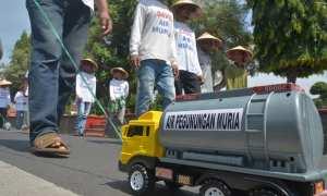 Demo warga Kudus berjalan mundur sambil menggeret mainan mobil tangki air demi menjaga ekosisten Gunung Muria, Jateng, Kamis (2/11/2017). (JIBI/Solopos/Antara/Yusuf Nugroho)