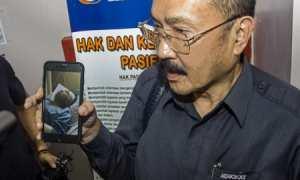 Fredrich Yunandi menunjukkan foto Setya Novanto yang sedang dirawat di RS Medika Permata Hijau, Jakarta, Kamis (16/11/2017). (JIBI/Antara/Galih Pradipta)