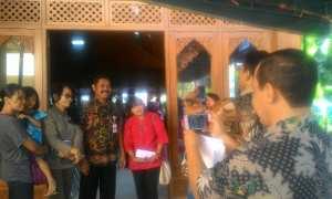 Wali Kota Solo, F.X. Hadi Rudyatmo, berfoto dengan warga setelah menghadiri acara pembagian KIS kepada warga tidak mampu di Pendapa Kantor Kelurahan Manahan Solo, Selasa (14/11/2017).(Irawan Sapto Adhi/JIBI/Solopos)