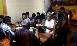 Gubernur Jateng Ganjar Pranowo bersama beberapa tokoh lain makan di Warung Bakmi Pak Dul, Kampung Baru, Pasar Kliwon, Solo, Jateng, Selasa (7/11/2017) malam. (Instagram-@ganjar_pranowo)