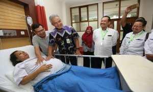 Gubernur Jateng, Ganjar Pranowo (kedua dari kiri) saat mengunjungi ibu hamil bayi kembar empat di RSUP dr. Kariadi, Kota Semarang, Kamis (23/11/2017). (JIBI/Semarangpos.com/Humas Pemprov Jateng)