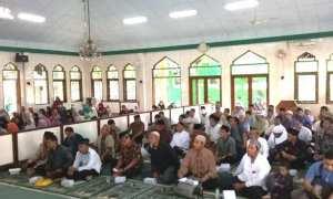 Calon haji menghadiri manasik haji perdana Kelompok Bimbingan Ibadah Haji (KBIH) Mandiri Solo, di Kompleks Mandiri Center, Sumber, Solo, Sabtu (4/11/2017). (Istimewa)