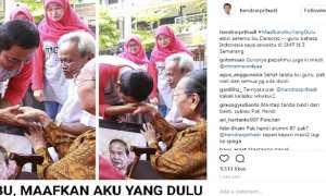 Wali Kota Semarang Hendrar Prihadi mencium tangan gurunya semasa duduk di bangku SMP. (Instagram-@hendrarprihadi)
