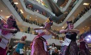 Kelompok penari meramaikan Indonesia Menari 2015 di salah satu pusat perbelanjaan modern Jakarta. Saat itu peserta mencapai 1.500 orang yang terdiriatas 358 individu dan 74 grup. (Istimewa/Dok. Indonesia Menari)