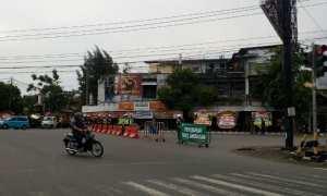Petugas memperketat pengamanan di jalan menuju kediaman Presiden Jokowi di Sumber, Banjarsari, Solo, menjelang acara malem midodareni, Selasa (7/11/2017). (Muhammad Ismail/JIBI/Solopos)