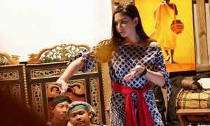 Artis Jessica Mila saat belajar menari di Padepokan Lemah Putih, Gondangrejo, Karanganyar, Kamis (16/11/2017). (Istimewa/Dokumen SoloPluffy)