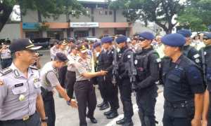 Kapolda Jateng, Irjen Pol. Condro Kirono, menyalami anggota polisi seusai pembubaran giat Operasi Bengawan Candi di halaman Stadion Manahan Solo, Kamis (9/11/2017). (Muhammad Ismail/JIBI/Solopos)