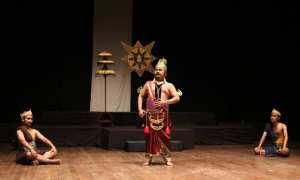 Kelompok Kerja Teater Tradisonal (KKTT) Wiswakarman FIB UNS saat pentas produksi tahunan Kalamunyeng di Teater Arena Taman Budaya Jawa Tengah (TBJT), Selasa (28/11/2017) malam. (Istimewa/Humas FIB/Asep Budi Santoso)