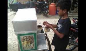 Bocah yang berdagang siomay di kawasan Kecamatan Sukorejo, Kabupaten Kendal, Jateng. (Facebook.com-Mar Diyah)