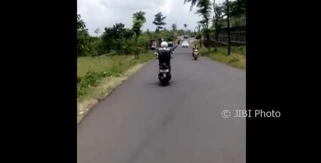Pengendara sepeda motor melepas tangan dari setangnya saat melintas di jalanan antara Desa Karangjati di Kecamatan Bergas hingga Desa Klepu di Kecamatan Pringapus, Kabupaten Semarang, Jateng. (Facebook.com-Denni Setiawan)