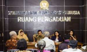 Komisioner Komnas HAM Amiruddin Al Rahab (kedua dari kiri) didampingi Kabag Pelayanan Pengaduan Komnas HAM Rima Salim (kiri) menerima bukti penemuan kuburan massal di Grobogan, Purwodadi, Jateng dari Yayasan Peneliti Korban Pembunuhan 1965/1966 (YPKP 65) di Jakarta, Rabu (15/11/2017). (JIBI/Solopos/Antara/Galih Pradipta)
