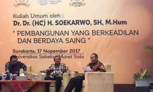 Direktur pemberitaan Bisnis Indonesia Arif Budisusilo (kanan) menjadi moderator dalam kuliah umum oleh Dr. Dr. (HC) H. Soekarwo S.H. M.Hum bertema Pembangunan yang Berkeadilan dan Berdaya Saing di Auditorium UNS Solo, Jumat (17/11/2017). (Suwarmin/JIBI/Solopos)