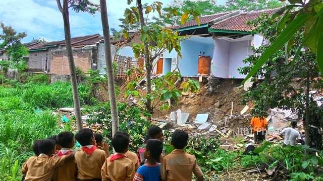 Sejumlah pelajar, Jumat (17/11/2017), melihat-lihat dari kejauhan kondisi rumah di Perum Griya Ringin Sakti Asri, Randusari, Kecamatan Teras, Boyolali, yang longsor pada Kamis (16/11/2017). (Akhmad Ludiyanto/JIBI/Solopos)