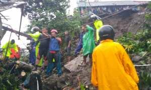 Basarnas DIY, SAR DIY, BPBD DIY dan Sabhara Polresta Jogjakarta sedang berupaya menyelamatkan 2 lansia dan bayi korban longsor di RT 1 / RW 1, Jlagran, Jogja. (Harian Jogja/Beny Prasetya)