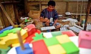 Perajin mengecat kerajinan mainan edukasi di rumah produksi di Kajangan, Ungaran Timur, Kabupaten Semarang, Jateng, Jumat (3/11/2017). (JIBI/Solopos/Antara/Aditya Pradana Putra)