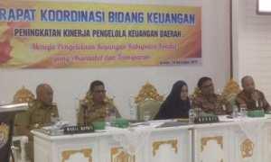 Bupati Kendal Mirna Annisa (tengah) mempin Rapat Koordinasi Bidang Keuangan di lingkungan Kantor Pemkab Kendal, Selasa (14/11/2017). (Facebook.com-Mirna Annisa)