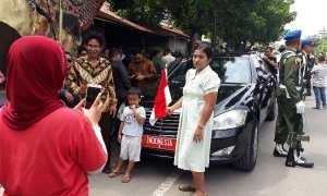 Mobil RI 2 dijadikan objek berfoto oleh warga di Solo, Rabu (8/11/2017). (Nicolous Irawan/JIBI/Solopos)
